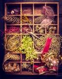 Weihnachtsdekorationen, Bänder und Weinleseschere in gealterter Holzkiste Lizenzfreie Stockfotos