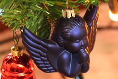 Weihnachtsdekorationen - blauer Engel stockbild