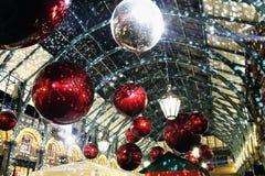Weihnachtsdekorationen in Covent-Garten Stockfotografie