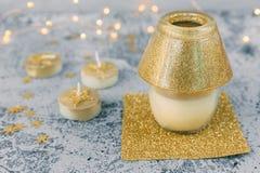 Weihnachtsdekorationen in den Goldtönen stockfoto