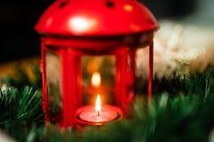 Weihnachtsdekorationen der Laterne mit Kerze lizenzfreies stockfoto