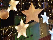 Weihnachtsdekorationen in der Stadt Stockbild