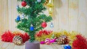 Weihnachtsdekorationen, die auf roten Ball auf Kiefer sich konzentrieren Stockbild