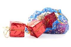 Weihnachtsdekorationen, die aus der Tasche heraus fallen Stockbild