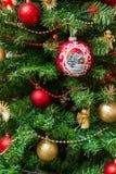 Weihnachtsdekorationen, die an einem Baum hängen Stockfotos