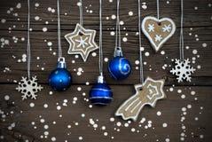 Weihnachtsdekorationen, die im Schnee hängen Lizenzfreies Stockfoto