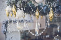 Weihnachtsdekorationen in einem festlichen Innenraum lizenzfreie stockfotos
