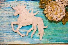 Weihnachtsdekorationen für das Haus Abbildung der roten Lilie das Konzept des Vorbereitens für die Feiertage, schäbiges backgr Ho Lizenzfreie Stockfotografie