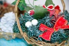 Weihnachtsdekorationen für das Haus Abbildung der roten Lilie das Konzept des Vorbereitens für die Feiertage, schäbiges backgr Ho Lizenzfreie Stockbilder