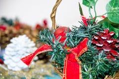 Weihnachtsdekorationen für das Haus Abbildung der roten Lilie das Konzept des Vorbereitens für die Feiertage, schäbiges backgr Ho Stockfotografie