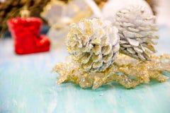 Weihnachtsdekorationen für das Haus Abbildung der roten Lilie das Konzept des Vorbereitens für die Feiertage, schäbiges backgr Ho Lizenzfreies Stockfoto