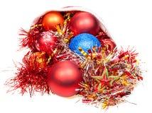 Weihnachtsdekorationen fallen heraus von rotem Sankt-Hut Lizenzfreie Stockbilder