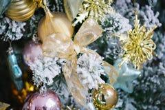 Weihnachtsdekorationen in Form von Bögen und Bällen stockbild