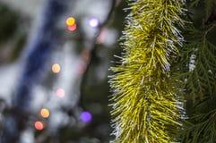 Weihnachtsdekorationen in Form von hängender festlicher Stimmung des Lamettas vor dem neuen Jahr Stockfotos