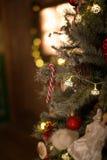 Weihnachtsdekorationen, gekleidetes Weihnachtsbaumkonzept Lizenzfreies Stockbild
