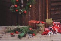 Weihnachtsdekorationen am gemütlichen hölzernen Landhaus, Einstellung im Freien auf Tabelle stockfotografie