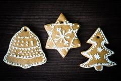 Weihnachtsdekorationen gemacht vom Lebkuchen Stockfoto