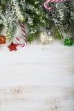 Weihnachtsdekorationen, -geschenke und -Tannenzweige auf einem Holztisch lizenzfreie stockfotos