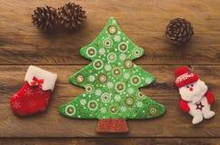 Weihnachtsdekorationen gesetzt auf Bretterböden Lizenzfreies Stockfoto