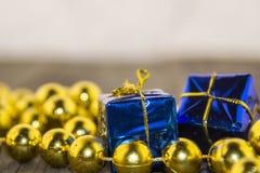 Weihnachtsdekorationen, golden und blau Stockfotos