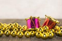 Weihnachtsdekorationen, golden und bunt lizenzfreie stockfotos