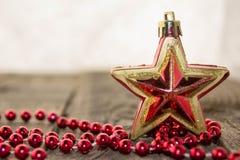 Weihnachtsdekorationen, golden und rot Lizenzfreie Stockfotos
