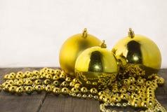 Weihnachtsdekorationen, golden und rustikal Stockfotos