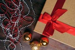 Weihnachtsdekorationen, goldene Bälle, Geschenkbox, Girlanden Stockfoto