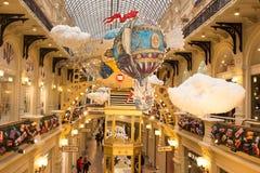 Weihnachtsdekorationen im GUMMI - Einkaufszentrum in MOSKAU Lizenzfreie Stockfotos