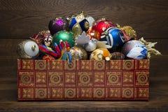 Weihnachtsdekorationen im Kasten Lizenzfreie Stockfotos
