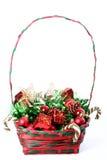Weihnachtsdekorationen im Korb stockfotografie