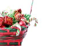 Weihnachtsdekorationen im Korb stockfoto