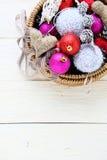 Weihnachtsdekorationen im Korb Stockbilder