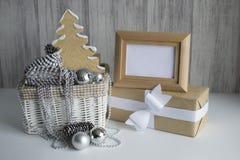 Weihnachtsdekorationen im Korb Stockfotos