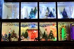Weihnachtsdekorationen im polnischen Shop Stockfotos