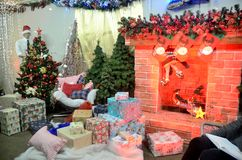 Weihnachtsdekorationen im polnischen Shop Stockbilder