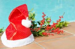 Weihnachtsdekorationen im Pool Stockfoto