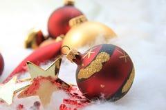 Weihnachtsdekorationen im Rot und im Gold Lizenzfreies Stockbild