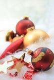 Weihnachtsdekorationen im Rot und im Gold Stockfotos
