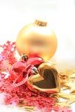 Weihnachtsdekorationen im Rot und im Gold Lizenzfreie Stockbilder
