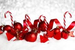 Weihnachtsdekorationen im Schnee Stockfotografie