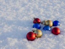 Weihnachtsdekorationen im Schnee Stockfotos