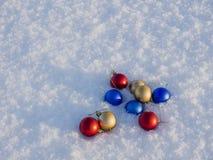 Weihnachtsdekorationen im Schnee Stockfoto