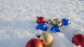 Weihnachtsdekorationen im Schnee Stockbilder