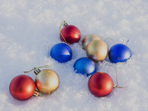 Weihnachtsdekorationen im Schnee Lizenzfreie Stockfotos