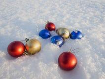Weihnachtsdekorationen im Schnee Stockbild