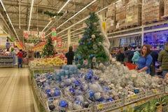 Weihnachtsdekorationen im Verkauf im Geschäft Stockfotografie