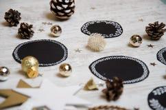 Weihnachtsdekorationen: Kreise, Bälle, Kegel, auf hölzernem Leuchtpult Papiergeschenke mit Wünschen Beschneidungspfad eingeschlos lizenzfreie stockfotografie