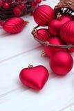 Weihnachtsdekorationen mit Bällen, braunem Korb und einem Band Lizenzfreies Stockbild
