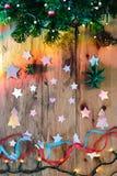 Weihnachtsdekorationen mit Baum, Sternen und Lichtern Stockfotos